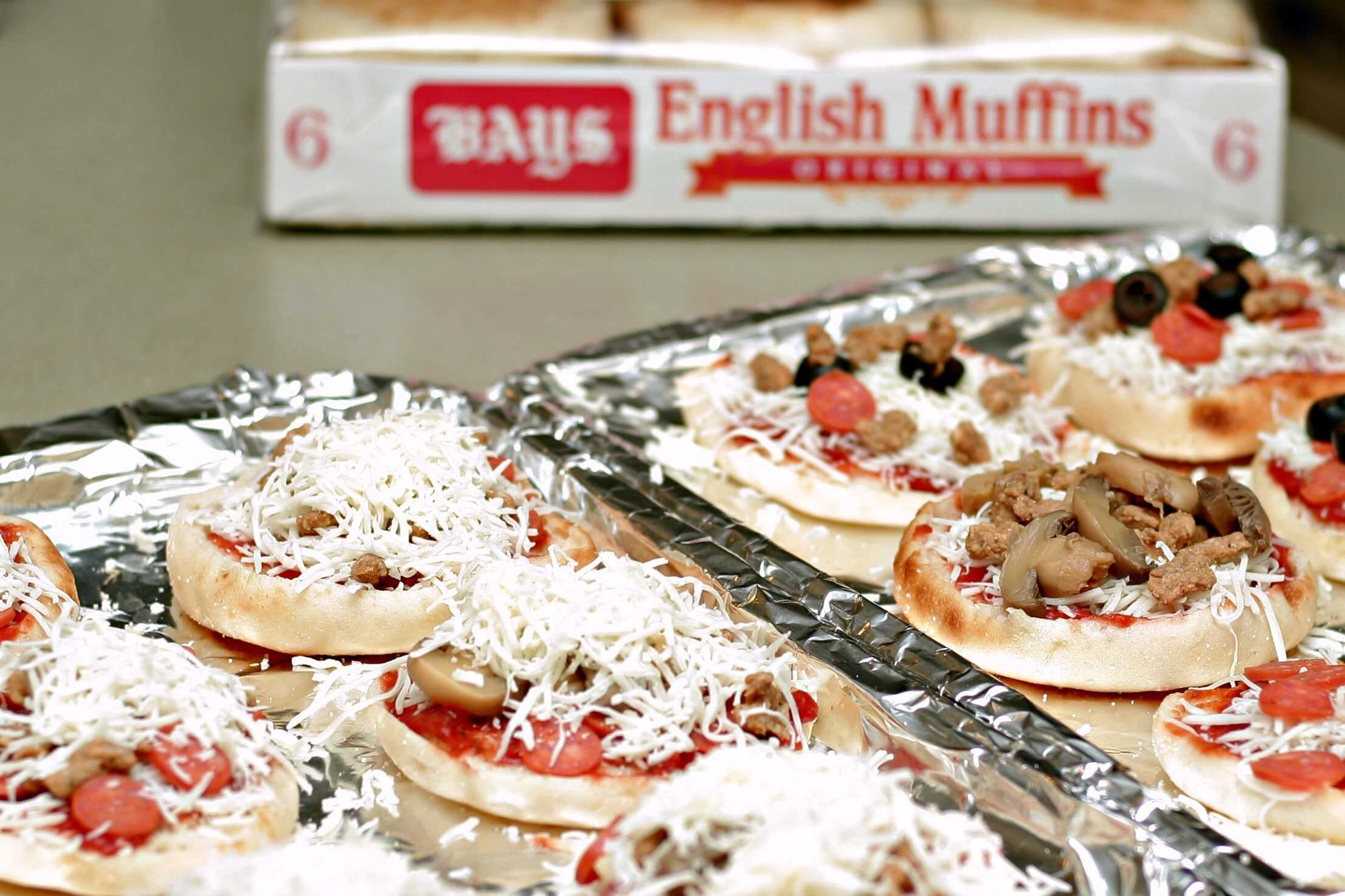 How to create an english muffin pizza, easy dinner ideas for kids, how to get kids to help in the kitchen, english muffin pizza bar, easy pizza party ideas