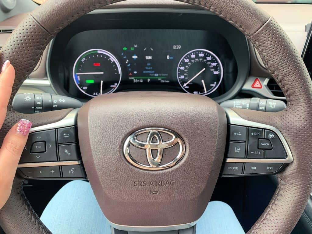 Steering wheel of Toyota Sienna 2021 Platinum